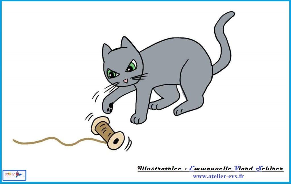 le chat joue avec la bobine