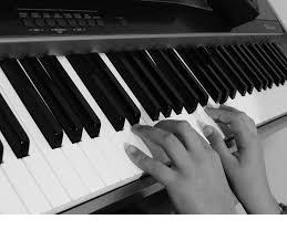 mains sur le piano